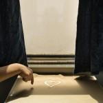 В поезде, приближающемся к станции Кашгар, ребёнок рисует сердце на столике, покрытом песком, занесённым из пустыни.