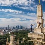 Руфер Вселенский Кирилл позирует в Москве, а Дима Балашов его фотографирует.