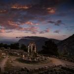 Храм Афины Пронайи в сумерках, город Дельфы, Греция.